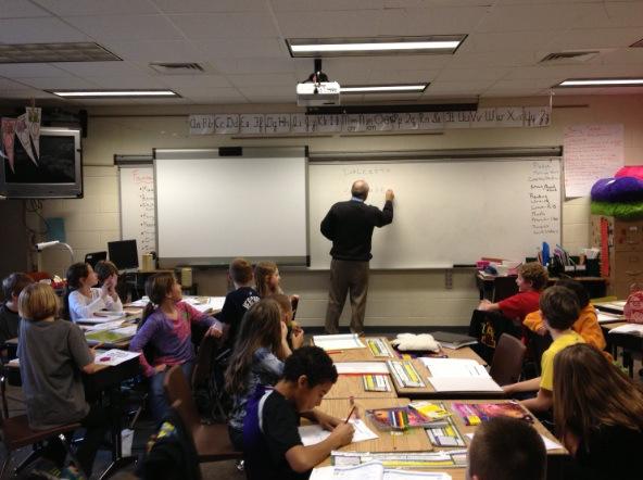 nella foto: il professore Iaderosa con gli alunni delle scuole elementari di Grand Rapids